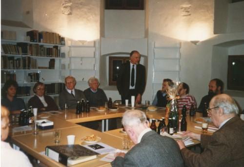 """Innenaufnahme des """"neuen"""" Süsterhauses, vermutlich 1990. Stehend: Stadtarchivar Herbert Stöwer (StaL N 1)"""