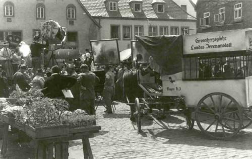 """Filmaufnahmen """"Der tolle Bomberg"""" 1957 auf dem Lemgoer Marktplatz - Szene vor dem Ballhaus"""