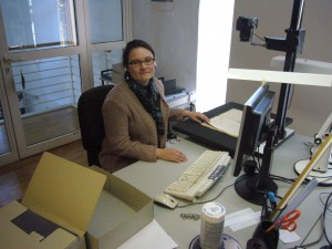 Frau Lindenblatt bei der Digitalisierungsarbeit (Foto Oeben 2015)