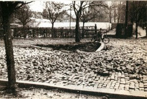 Aufgerissenes Pflaster am Regenstor in Lemgo, 1946 (StaL N 1 unverzeichnet, Foto: Sabine Niewenhuis)