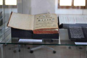 """Impression aus der Ausstellung """"Kaempfers Bibliothek - eine Rekonstruktion"""" im Stadtarchiv Lemgo (Foto: Oeben)"""